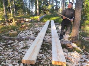 Daniel Eriksson med märgkluvna färdighuggna block redo för andraklyvningen