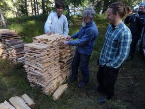 Spånmästare Börje Samuelsson förevisar studenter
