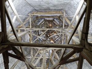 Ställningen inuti stenspiran med en yttre höjd av 123m