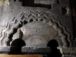Klockvåningen i tornet med valvbågar från 1106.