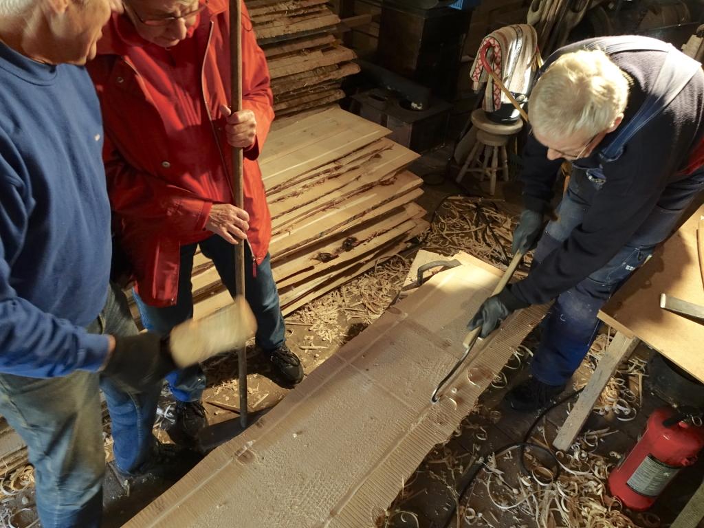 Massproducering av undertaksbrädor med vattrännespår dragna på frihand med skåljärn.