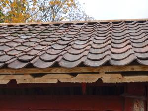 nyrenoverat tak med sorterade panner. tidigare var det minst 5 sorters tegel.
