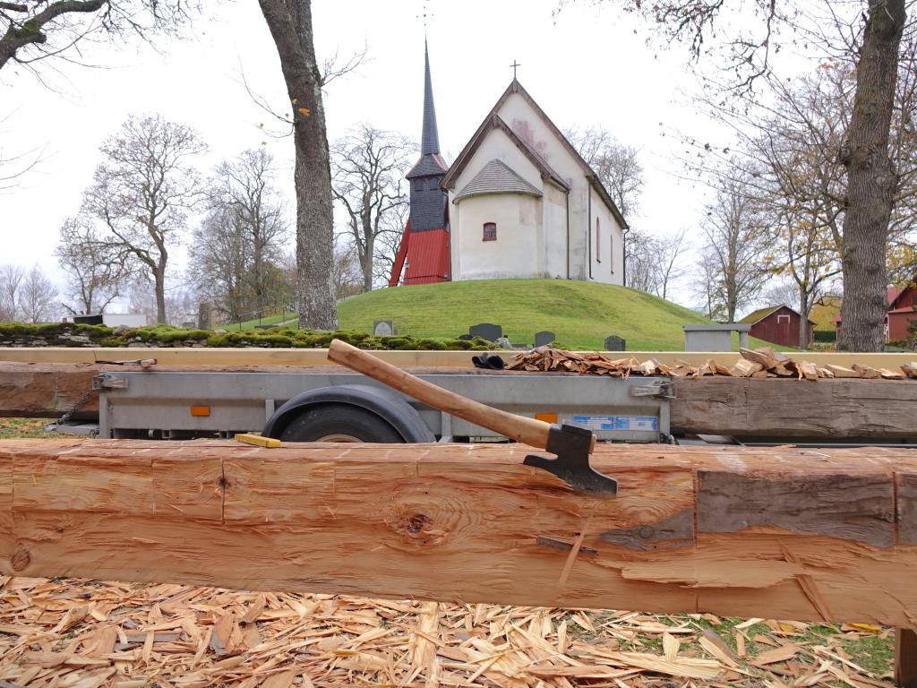 Vi bytte fyra stockar, varav två var åkerbrukare timmer från St Lars kyrka i Linköping. En läktare revs där och Länsstyrelsen önskade att virket kom till användning. nu var det läge. med 90% kärnved, stenhård och tidigare full med spik... så blev det ett o annat jack i fulyxan.